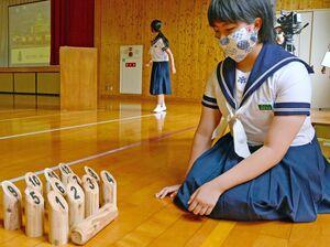 モルックを体験する生徒ら=佐賀市富士町の富士中体育館