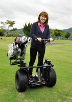 多久ゴルフ倶楽部が導入したセグウェイ。ゴルフバッグを載せて回ることができる=多久市