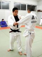 「技の一つ一つを磨き上げたい」と話す近藤隼斗さん(左)=有田町の有田幹部派出所道場
