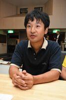 インタビューに答える青柳拓監督=佐賀市松原のシアター・シエマ