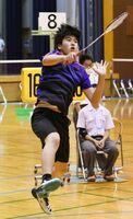 スマッシュを打つ三養基の一番ヶ瀨蓮=佐賀市の旭学園体育館