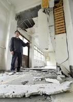 熊本地震で廊下の天井が崩落した熊本市立東野中の校舎=5日