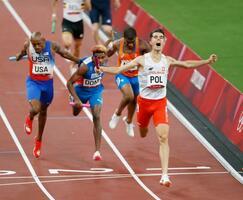 混合1600メートルリレーでゴールし、喜ぶ優勝したポーランドのアンカー(右手前)=国立競技場