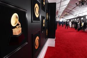 グラミー賞授賞式会場「ステープルズ・センター」に設置されたレッドカーペット=10日、ロサンゼルス(AP=共同)
