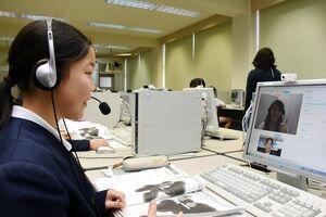 オンラインでフィリピン人講師とのマンツーマンの英会話の授業を受ける児童=上峰小