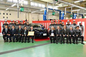 燃料電池車のミライの贈呈式に出席した関係者=佐賀市の佐賀工業専門学校