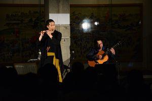 ギターと一緒に演奏を披露する佐藤和哉さん=唐津市の曳山展示場