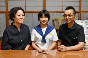 おたふくかぜの合併症で左耳の聴力を失った山口友花さん(中央)と片耳難聴への支援を求める学さん(右)、眞丘さん=伊万里市の自宅