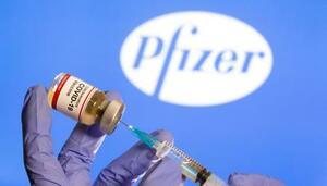 ファイザーのロゴと新型コロナウイルスワクチン接種のイメージ写真(ロイター=共同)