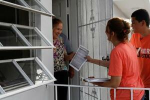 移民の人権を訴えパンフレットを配る支援団体メンバーら(右)=13日、米フロリダ州(ロイター=共同)