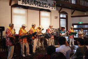 約140人の観客を前に、アロハシャツを身にまといハワイアンな空間を演出した「ビッグアイランダーズ」のメンバー=佐賀市柳町の浪漫座
