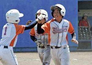 2回戦・基山ジャガーズ-多良少年 3回表、1死二、三塁のチャンスで走者一掃の本塁打を放った5番の佐藤光希(右)=佐賀ブルースタジアム