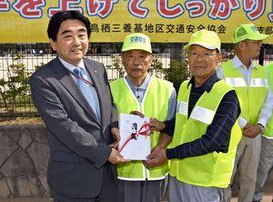 松田一也町長(左)に目録を贈った的野泰人支部長(中央)と川野幸生支部長