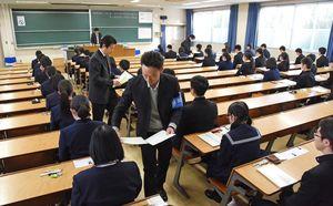 センター試験が始まり、受験生へ問題用紙が配られる=佐賀市の佐賀大学本庄キャンパス