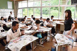 佐賀新聞を教材に取材の仕方や記事の読み方を学んだ生徒たち=伊万里市の青嶺中