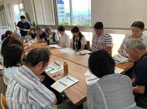 支援者の研修事業と並行して実施されるサロン。初回は7月に開かれた=武雄市役所