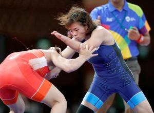 女子62キロ級準決勝 モンゴル選手(左)と対戦する川井梨紗子=ジャカルタ(共同)