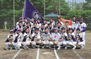 8連覇を果たしたソフトボールの佐賀女子=熊本県民総合運動公園