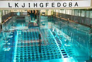 玄海原発の使用済み燃料プール。保管容量を増やす九州電力の「リラッキング」計画について、原子力規制委が了承した=玄海原発燃料取扱建屋内(2018年2月撮影)