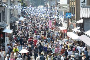 好天に恵まれた昨年の有田陶器市。メーン通りは途切れることなく焼き物ファンであふれた