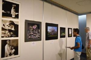会員が国内外でさまざまな題材を活写した力作が並ぶ写団「かささぎ」写真展=佐賀市立図書館