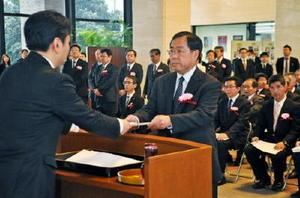 山口祥義知事から一人一人に辞令が手渡された退職辞令交付式=県庁