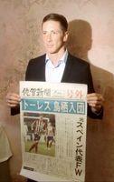 「トーレス鳥栖入団」の佐賀新聞号外を持つフェルナンド・トーレス選手=9日(現地時間)、スペイン