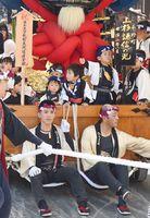 ユネスコ無形文化遺産に登録された唐津くんち。10番曳山「上杉謙信の兜」に誇らしげに乗る子どもたち=唐津市中町