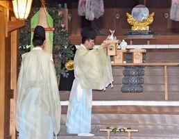 米や鯛などをお供えし、新型コロナウイルスなど疫病の鎮静を祈願した=佐賀市の佐嘉神社