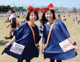 山田真樹さん(左)と森なつみさん(右)=佐賀市の県総合運動場
