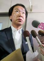 報道陣の取材に応じる青森県板柳町の松森俊逸町議=15日午前、同町役場