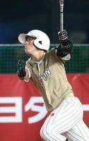 日本―プエルトリコ 2回、満塁本塁打を放つ山本=ZOZOマリン
