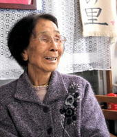 「人の良いところを褒めてたたえて」と笑顔で話す石橋キミエさん