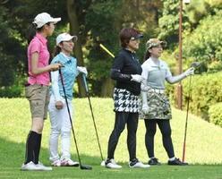 さまざまな色のウエアが映える女性選手たち=花祭ゴルフ倶楽部