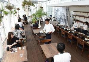 九州陶磁文化館に併設された「USEUM ARITA」。ガラス温室の明るい室内で料理を堪能できる=西松浦郡有田町