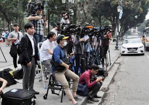 北朝鮮側の関係者が滞在するベトナム政府の施設前に集まる各国のメディア関係者ら=21日、ハノイ(共同)