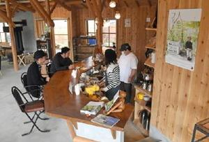 医療法人「山のサナーレクリニック」が開所した医療福祉施設内にあるカフェ=伊万里市二里町