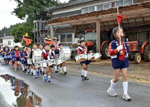演奏を響かせて行進するこばと保育園の園児たち=多久市南多久町