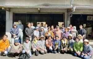 佐賀市婦人林業研究会の皆さん(今春の椎茸の菌打ち研修会)