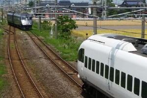 JR長崎線肥前竜王駅に停車する特急かもめ20号(右)と93㍍まで接近し、緊急停止した同19号=22日午後1時20分ごろ、杵島郡白石町