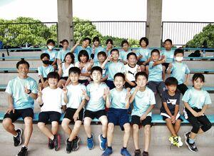 武雄市内外の小学生32人が「走ることは楽しい」と汗を流している=武雄市の白岩競技場