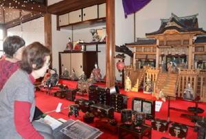 江戸末期に作られた山内家の御殿雛(右奥)。手前が小島家の雛道具=唐津市魚屋町の「野いちご」