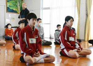 座禅を体験した小中学生たち=佐賀市の北川副公民館