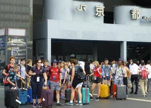 訪日外国人観光客らで混み合う京都駅前=9月