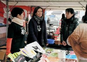 買い物客と楽しく語らいながら商品を説明するカチカチ農楽が~るのメンバーたち=佐賀市のアルタ新栄店