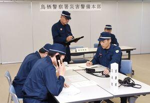 災害警備本部に寄せられる情報をもとに、交番や自治体、消防など連携して対応する鳥栖署員=鳥栖市のベストアメニティスタジアム