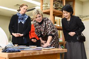 オランダ人デザイナーのアリキ・ヴァン・デ・クルイスさん(左)の作品を鑑賞される秋篠宮妃紀子さま(右)とオランダ王室のローレンティン妃=24日午前、西松浦郡有田町の窯業技術センター(代表撮影)