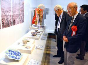 第2回パリ万博に出品された陶磁器などが並ぶ特別展=佐賀市の佐賀城本丸歴史館