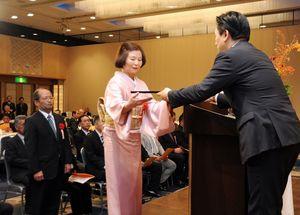 山口知事から表彰状を受け取る体育功労者ら=佐賀市のホテルニューオータニ佐賀