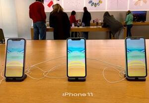 米アップルのスマートフォン「iPhone(アイフォーン)11」=2019年12月、米東部コネティカット州(共同)